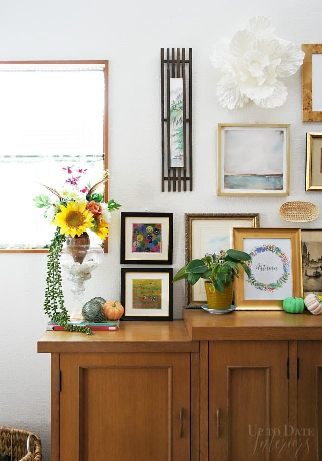 global eclectic fall decor in the foyer renter friendly