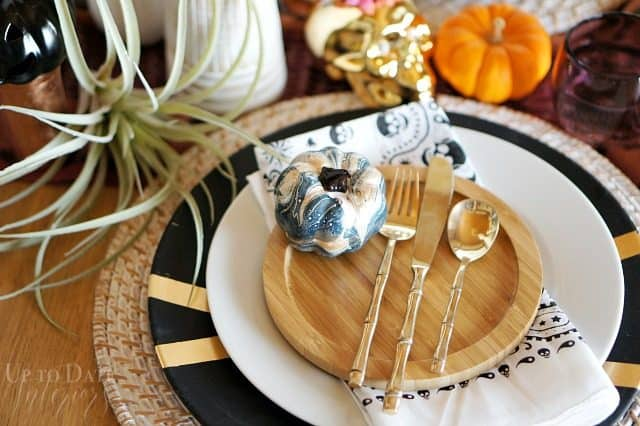 halloween-table-setting-marbled-pumpkin