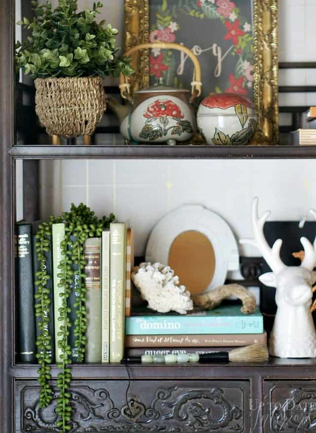 bookshelf-eclectic-holiday-decor-close-up